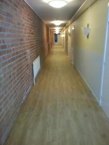 SKÖNDAL. LVT Plattor från Tarkett i korridor på serviceboende.